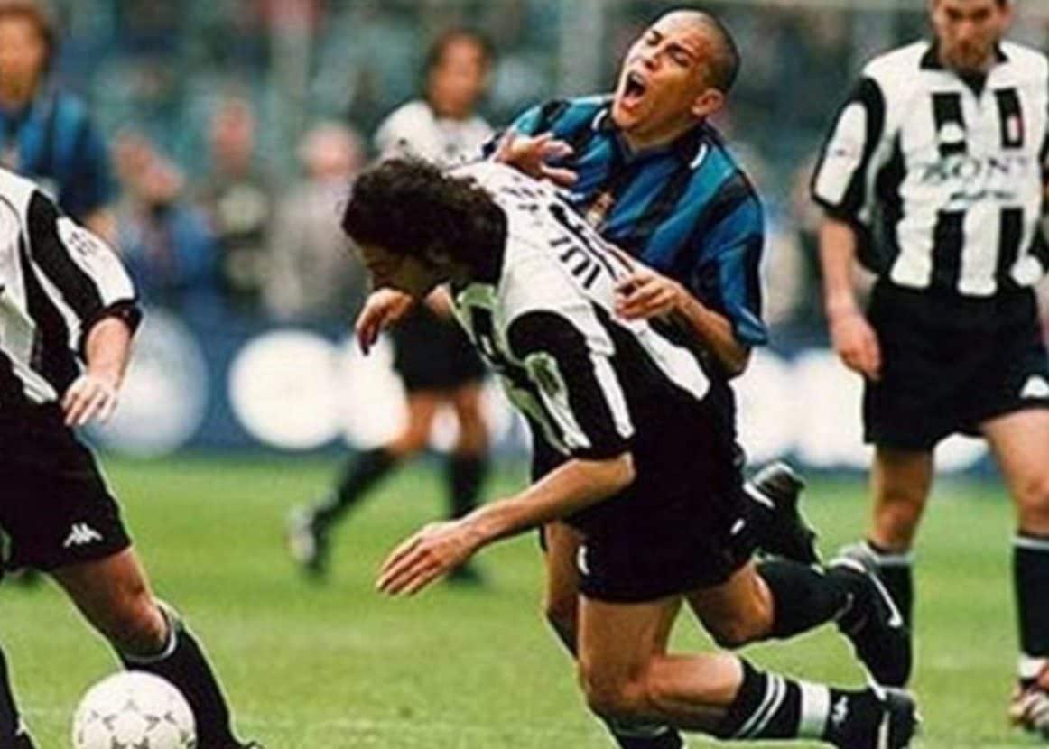 Il contrasto tra Mark Iuliano e Ronaldo, Juventus–Inter (1998).