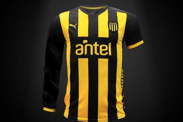 La speciale maglia del Peñarol per promuovere le donazioni di sangue (foto Twitter @OficialCAP)