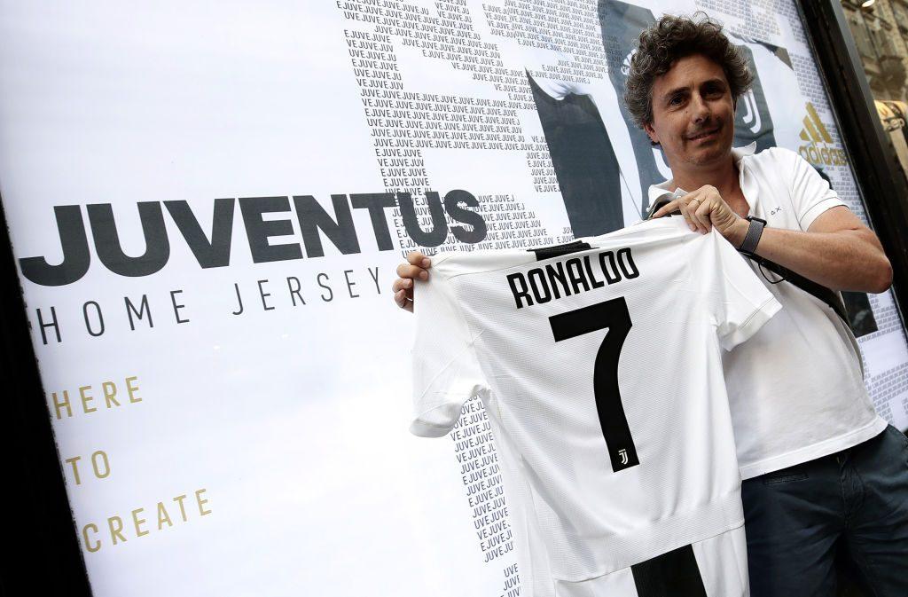 Un tifoso con la maglia della Juventus di Ronaldo con il numero 7.