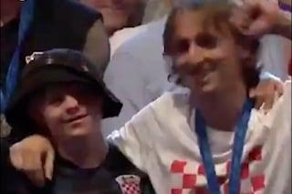 Croazia, Modric campione dal cuore d'oro: fa festa con un fan affetto da sindrome di Down