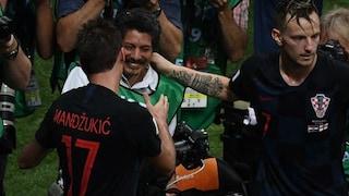 Croazia, il fotografo 'abbattuto' dall'esultanza in semifinale viene invitato in vacanza