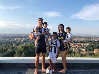 Cristiano Ronaldo, foto di famiglia in villa da 1 milione di like