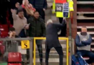 Lo United vince con lo Young Boys al 91', Mourinho distrugge una confezione di borracce