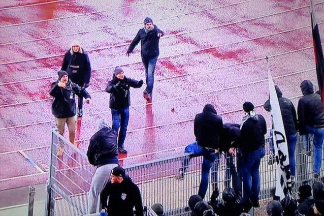Le forze dell'ordine contro i tifosi dell'Eintracht che tentano l'invasione