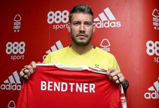 Bendtner è agli arresti domiciliari e sfoggia il suo particolare 'braccialetto' online