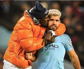 Mendy scambiato per invasore di campo mentre abbraccia e bacia il Kun Aguero