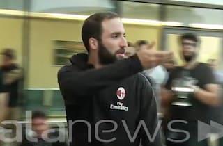 Verso la Supercoppa, Gonzalo Higuain nervoso sbotta contro i fotografi