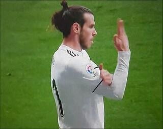 Gareth Bale fa il gesto dell'ombrello ai tifosi dell'Atletico Madrid