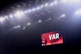 Uefa, che novità per il Var: utilizzo degli schermi e arbitro che può parlare con i tifosi