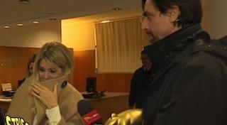 Wanda Nara riceve il terzo Tapiro d'Oro e brucia le foto con Icardi