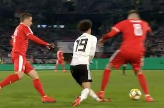 Il fallo killer di Pavkov su Sané in Germania-Serbia 1-1