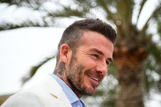 Sorpreso al volante col cellulare: ritiro della patente e multa per David Beckham