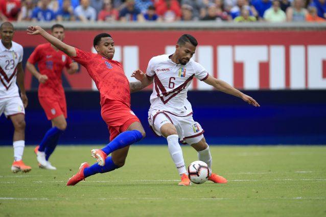 Herrera con la maglia bianca numero 6 contro gli Stati Uniti