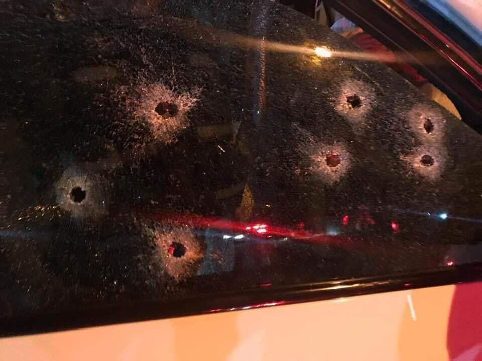 I fori dei proiettili sul parabrezza dell'auto di Batchelor