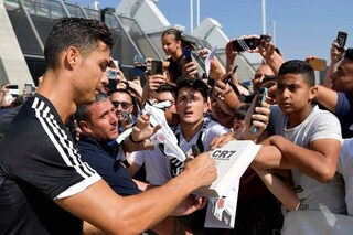 Juve, visite e primo allenamento della stagione per Ronaldo: fan in delirio al J-Medical