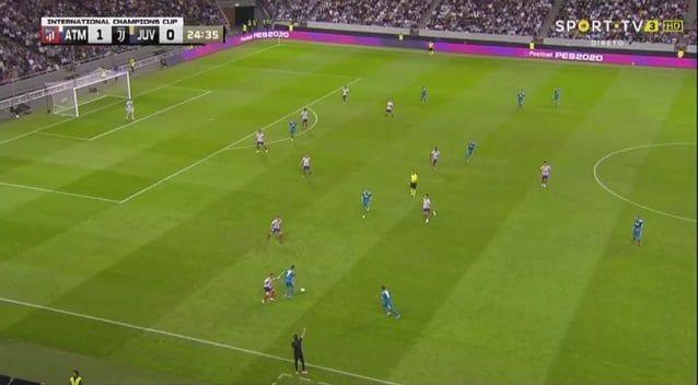 Douglas Costa, opposto rispetto a Cristiano Ronaldo che porta palla, può inserirsi con facilità alle spalle dei difensori
