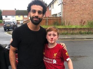 Inghilterra, insegue Salah e si rompe il naso: l'egiziano soccorre il piccolo tifoso