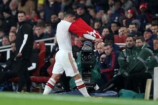Arsenal, Granit Xhaka reagisce ai fischi dei tifosi e si toglie la maglia