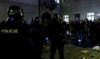 Praga, scontri tra polizia e inglesi. Risse anche a Cagliari tra ultrà polacchi e sardi