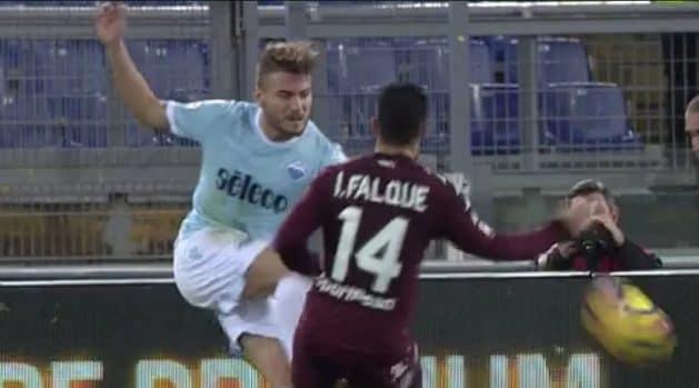 Il contestato fallo di mani di Iago su Immobile, in un Lazio–Torino del dicembre 2017.