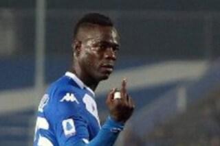 Balotelli riceve cori offensivi e fa il dito medio ai tifosi dell'Inter