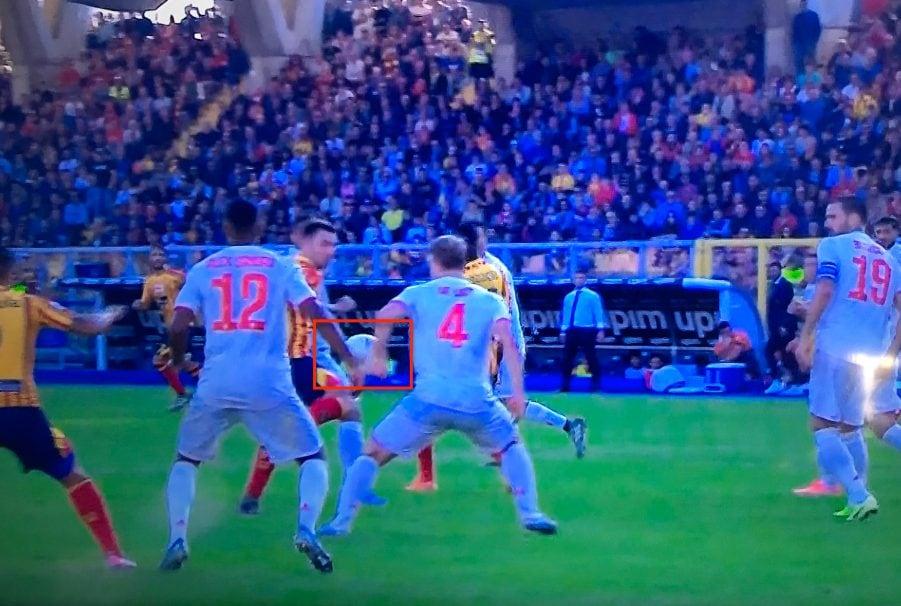 de Ligt allarga il braccio e l'arbitro fischia rigore contro la Juve a Lecce.