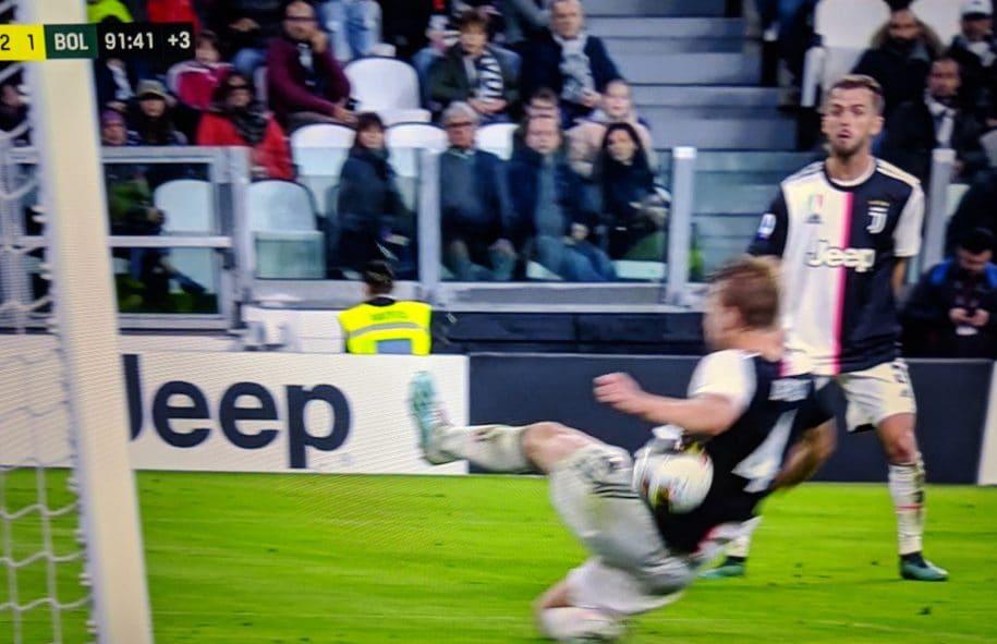 Il mani in area di de Ligt contro il Bologna.