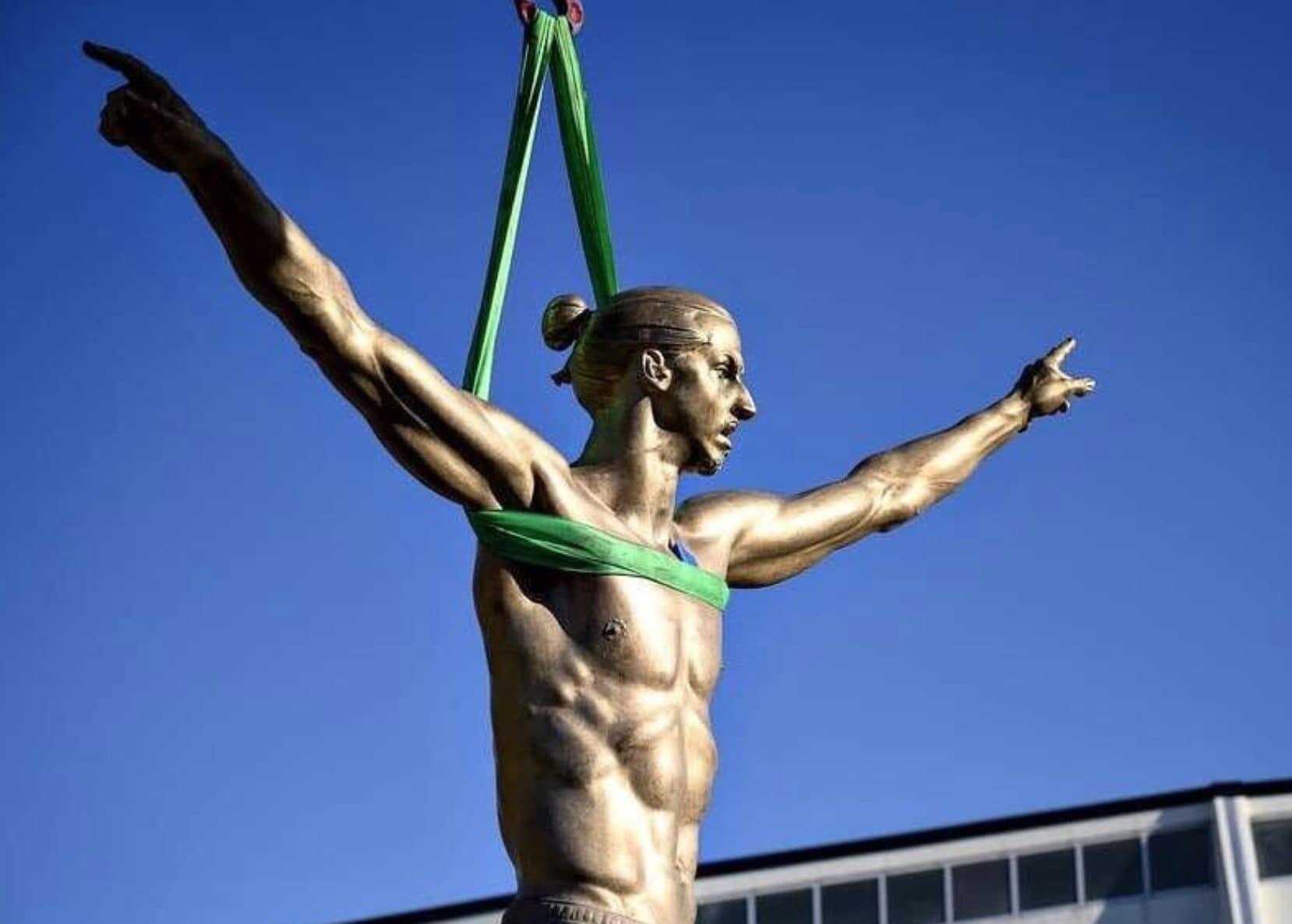 La statua di Ibrahimovic a Malmoe.