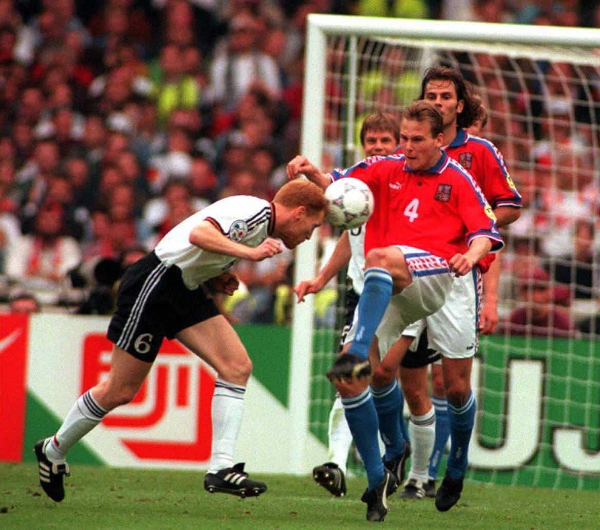 Sammer con la maglia della Germania nella finale di Euro '96, in contrasto con un giovane Nedved