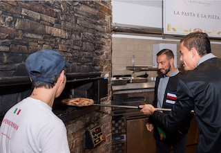 Sampdoria, i giocatori servono la cena per aiutare i piccoli malati del Gaslini