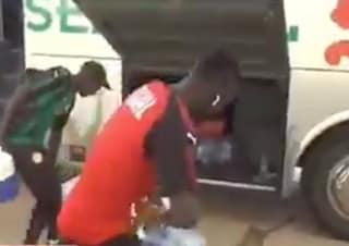 Sadio Mané, ancora campione di umiltà: lo splendido gesto per aiutare un magazziniere