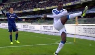 Verona-Brescia, cori razzisti per Balotelli: calcia il pallone in Curva, gara sospesa