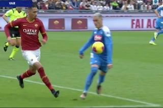 Roma-Napoli, perché l'arbitro ha dato rigore ai giallorossi con la moviola in campo