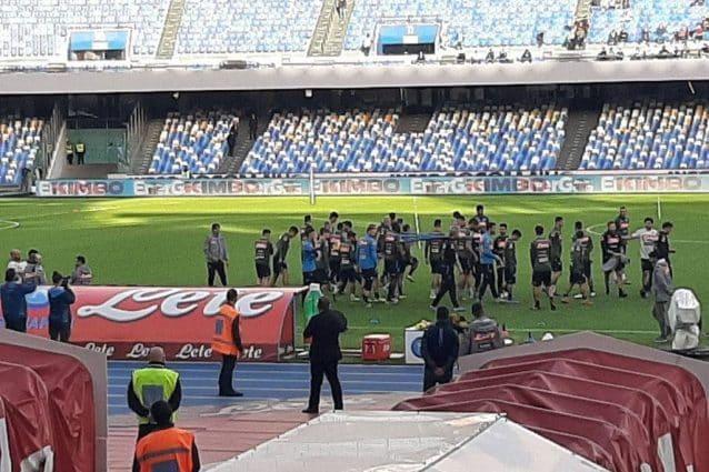 Napoli, tensione all'allenamento. Contestazione dei tifosi ai giocatori