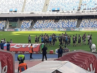 Napoli, allenamento a porte aperte per pochi abbonati: fischi e insulti ai calciatori