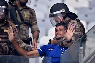 Brasile il Cruzeiro retrocede per la prima volta: guerriglia allo stadio e partita sospesa