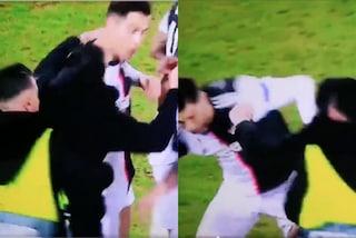 Cristiano Ronaldo afferrato per il collo da un tifoso per un selfie dopo Bayer-Juventus