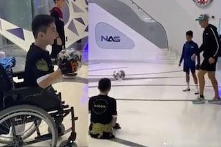 """Cristiano Ronaldo palleggia con il bimbo senza gambe: """"Sei una vera ispirazione"""""""