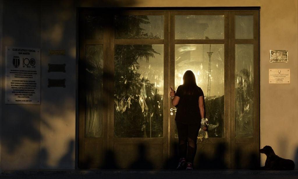 Nala, la cagnolina di emiliano Sala, accucciata nei pressi della camera ardente