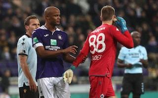 Anderlecht, tifosi lanciano petardi al portiere avversario ma Kompany reagisce da capitano
