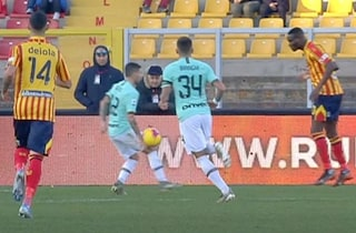 Moviola Lecce-Inter: mano di Sensi cancellato al VAR, Donati-Barella c'è solo ammonizione