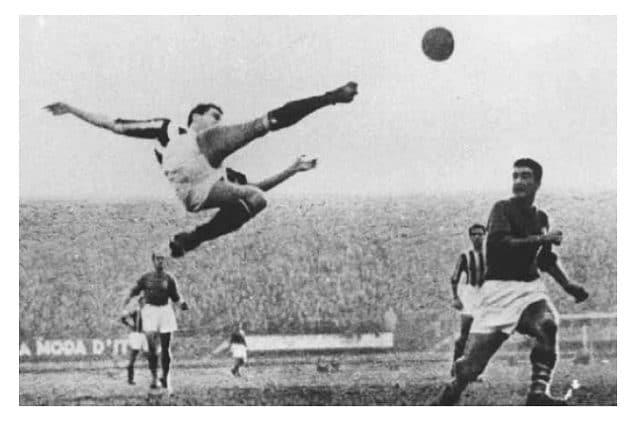 La fotografia originale scattata da Corrado Bianchi, il 15 gennaio 1950 durante Fiorentina–Juventus