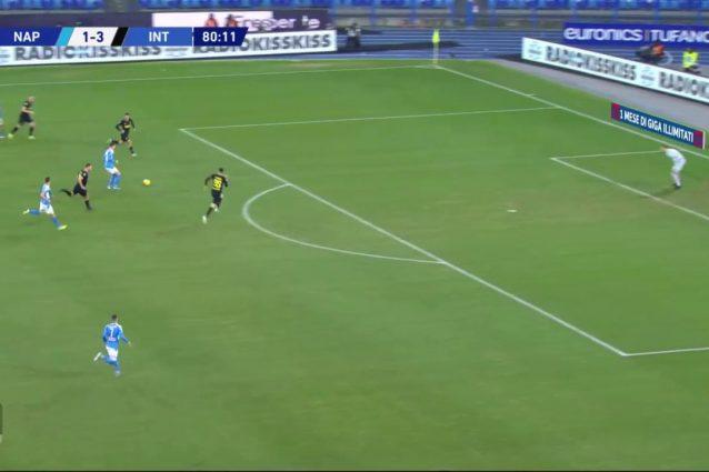 Bastoni va a rincorrere Zielinski in campo aperto molto fuori dalla sua posizione sul centro–sinistra