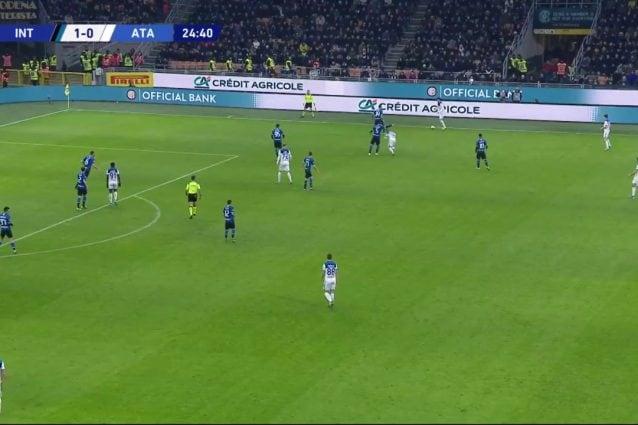 Contro l'Atalanta, Bastoni (maglia numero 95) dimostra di saper tenere la posizione e non perde di vista la palla nella copertura della profondità