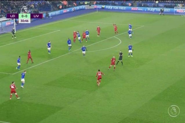 Alexander–Arnold taglia verso il centro e crossa sul secondo palo per il gol di Firmino a Leicester