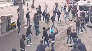 Agguato degli ultrà del Bari ai tifosi del Lecce: bus incendiati, a bordo anche bambini