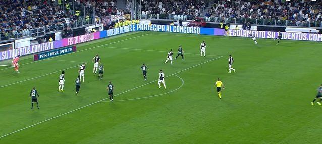 Il gol del pareggio del Bologna. Cuadrado, l'uomo più lontano dalla palla nella linea difensiva, perde il duello con Mbaye. Danilo, alle sue spalle, sarà libero di calciare