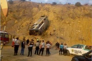 Tragedia in Perù: autobus di tifosi di una squadra ecuadoriana in un dirupo, 8 morti