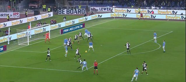 Il gol del pareggio della Lazio contro la Juve. Sul cross di Luis Alberto, Matuidi si perde Luis Felipe, Alex Sandro è preoccupato da Milinkovic alle sue spalle, Bonucci prova a chiudere ma viene scavalcato dal pallone