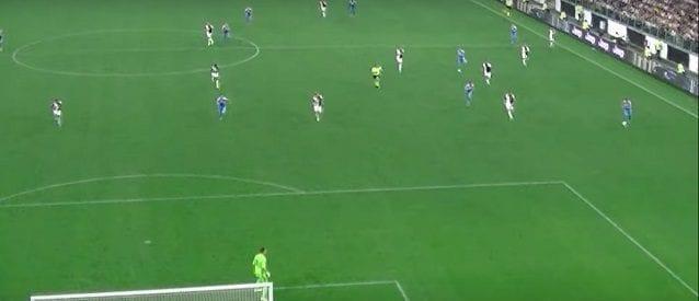 Il gol di Lozano in Napoli–Juve. Sul cross da sinistra, i due centrali bianconeri sono troppo larghi per chiudere sul messicano